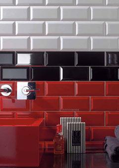 A n mes la fa ence prend des couleurs fa ence rouge bleue noire grise verte for Faience rouge salle de bain